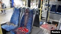 Bus troli yang hancur akibat serangan artileri di Donetsk, Ukraina timur (22/1).