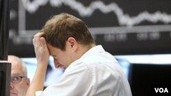 Seorang pialang saham di Frankfurt, Jerman. Pasar saham Eropa turun tajam 5 persen hari Kamis (22/9).