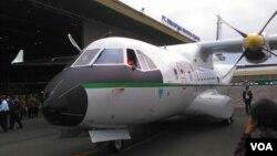 Pesawat CN235-220M buatan PT Dirgantara Indonesia (PTDI) siap diterbangkan ke Senegal (27/12). (VOA/R. Teja Wulan)