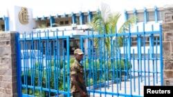Un soldat congolais assure la sécurité devant la Banque centrale de la RDC, à Kinshasa, 26 novembre 2012.
