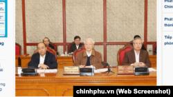 Các ông Trần Quốc Vượng, Nguyễn Phú Trọng, Nguyễn Xuân Phúc (từ phải sang trái) tại một phiên họp Bộ Chính trị, tháng 3/2020