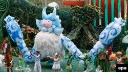 Des artistes exécutent une figure acrobatique, accueillant le public au parc d'attraction de la ville récréative Wanda city, dans la ville orientale de Nanchang, à Jiangxi, Chine, 28 mai 2016. epa / ROLEX DELA PENA