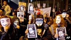 阿桑奇的支持者手持其画像在驻马德里的英国大使馆前抗议