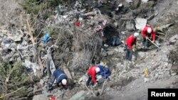 法国救援人员检查德国之翼坠毁飞机的残骸