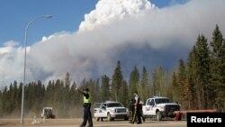 La policía ha bloqueado carreteras cerca de Fort McMurray, Alberta, Canadá, debido a los devastadores incendios forestalels.