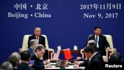 对中国进行国事访问的美国总统川普和中国国家主席习近平在北京人民大会堂出席美中企业家对话会闭幕式(2017年11月9日)