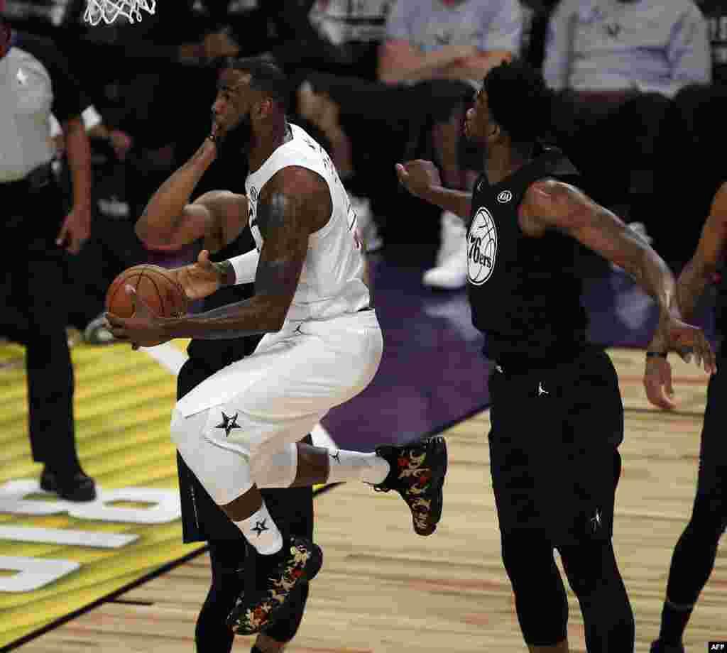 LeBron James saute avec le ballon pour un panier contre l'équipe Stephen, le 18 février 2018, à Los Angeles.