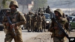 ກໍາລັງຮັກສາຄວາມປອດໄພ ໄປເຖິງບ້ານ Pawaka ຢູ່ເຂດຊານເມືອງ Peshawar ໃນວັນທີ 16 ທັນວາ, ເພື່ອບຸກຖະຫຼົ່ມຕ້ານ ພວກຫົວຮຸນແຮງຕາລິບານ ນຶ່ງມື້ຫຼັງຈາກກຸ່ມດັ່ງກ່າວໄດ້ບຸກໂຈມຕີສະໜາມບິນຂອງເມືອງດັ່ງກ່າວ.