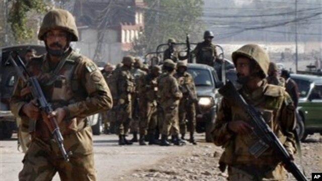 Vojnici pakistanske armije u operaciji protiv ekstremista Talibana u selu Pavaka nadomak Pešavara