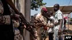 Les soldats des forces armées centrafricaines (FACA - Forces Armées de Centre Afrique) accèdent à l'école de Koudoukou dans le district PK5 de Bangui, Centrafrique, 13 décembre 2015.