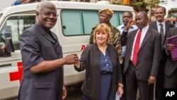 Shugaban kasar Saliyo Bai Koroma yana bada mota domin yakar Ebola.