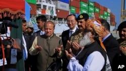 巴基斯坦總理納瓦茲謝里夫(中間靠左)和陸軍參謀長拉希爾謝里夫(右起第四)在瓜達爾港舉行的一條新的國際貿易線路開通儀式上祈禱。(資料照)