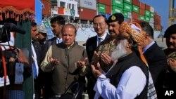 PM Pakistan Nawaz Sharif bersama diplomat China meresmikan rute perdagangan internasional baru melalui pelabuhan Gwadar di Pakistan barat daya, hari Selasa (15/11).