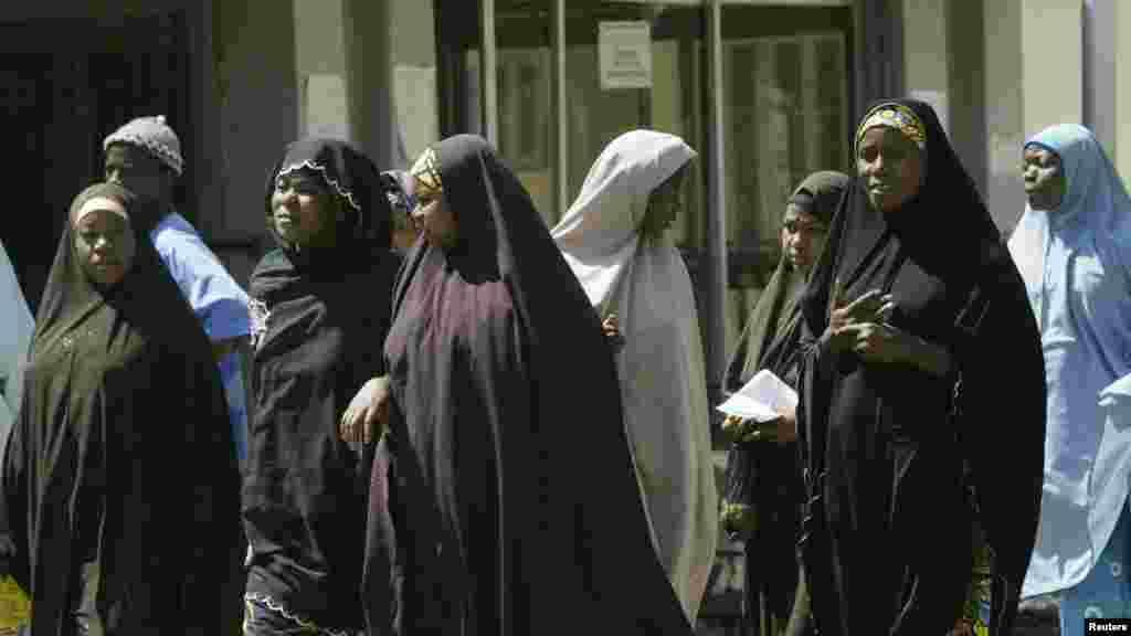 Des femmes musulmanes vivant avec le virus du sida attendent en ligne pour obtenir des médicaments dans une clinique à Bauchi, au Nigeria, le 26 novembre 2008.
