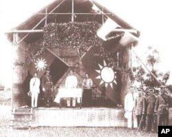 孙中山(中)和蒋中正(左二)在黄埔军校开学典礼上
