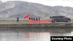 سادہ کپڑوں میں ملبوس چینی فوجی لداخ کے بھارتی علاقے میں چین کا پرچم گاڑتے ہوئے۔ (فائل)