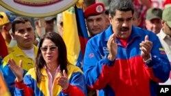 El presidente Nicolás Maduro, acompañado de su esposa, Cilia Flores, durante un mitin en el palacio presidencial de Miraflores.