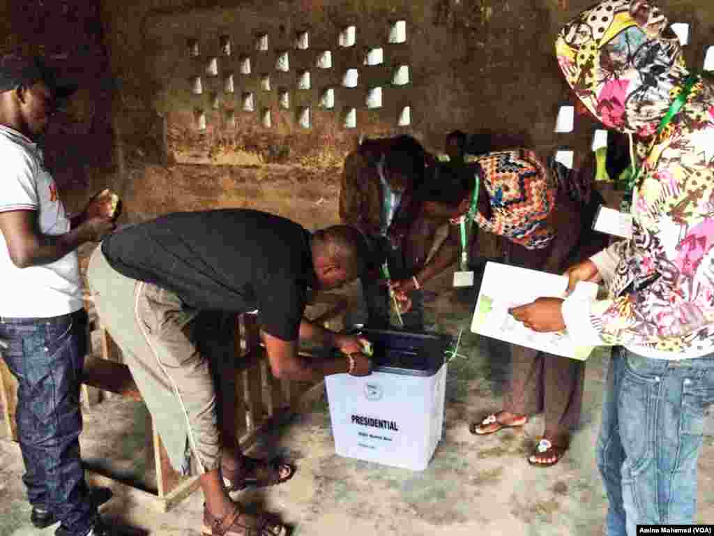 Officials close a ballot box in Bamburi, Kenya, Oct. 26, 2017. (Photo: VOA Swahili service)