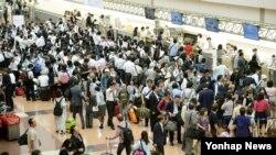 27일 일본 도쿄 하네다 공항에서 도쿄발 서울행 대한항공 여객기가 이륙 준비를 하던 중 왼쪽 날개에서 화재가 발생했다. 화재 발생 후 하네다공항 국제선 여객 터미널이 혼잡한 모습을 보이고 있다.