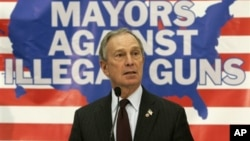 Walikota New York City, Michael Bloomberg, merupakan penentang utama penggunaan senjata bebas di AS. Bloomberg bersama para korban tragedi Newtown menyerukan pelarangan pemilikan senjata secara bebas.