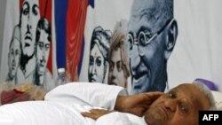 Ông Hazare bắt đầu ngưng ăn hôm thứ Ba, tuyên bố nếu cần sẽ tuyệt thực cho đến chết để hoàn thành mục đích