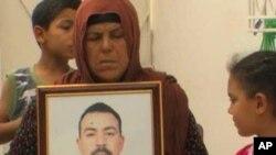 阿德爾‧哈馬米的母親納塞利手捧兒子的遺照