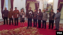 Menkopolhukam Luhut Panjaitan dan beberapa menteri kabinet kerja serta para pimpinan DPR memberikan ketarangan soal penundaan pembahasan revisi UU KPK di Istana Merdeka Jakarta, Selasa 13 Oktober 2015 (foto: VOA/Andylala)