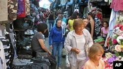 """西伯利亚雅库特市的""""中国市场"""", 市场上的许多商贩都来自中国。"""