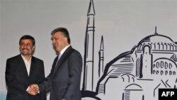 Tổng thống Thổ Nhĩ Kỳ Abdullah Gul, phải, và Tổng thống Iran Mahmoud Ahmedinejad tại cuộc họp của Tổ Chức Hợp Tác Kinh Tế ở Thổ Nhĩ Kỳ, 23/12/2010