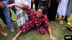 Phụ nữ Bangladesh khóc than sau khi nhận định xác người chồng thiệt mạng trong vụ sập toà nhà 8 tầng ở Savar, ngoại ô Dhaka, ngày 25/4/2013.