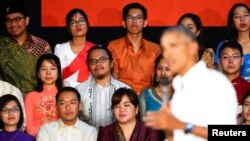 Para peserta program kepemimpinan Asia Tenggara mendengarkan pidato Presiden AS Barack Obama di Souphanouvong University, Luang Prabang, Laos (7/9). (Reuters/Jonathan Ernst)