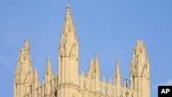 ໂບດໃຫຍ່ແຫ່ງຊາດ ຫລື National Cathedral ທີ່ກຸງວໍຊິງຕັນ ທີ່ໄດ້ຮັບຄວາມເສຍຫາຍຈາກແຜ່ນດິນໄຫວ ໃນຝັ່ງຕາເວັນອອກ ຂອງສະຫະລັດໃນວັນອັງຄານ ວັນທີ 23, 2011