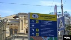 Papan informasi di jalan-jalan ibukota Ukraina, Kyiv, sekarang memakai dua bahasa (Foto: dok)