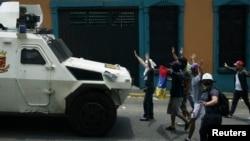 Para demonstran anti-pemerintah Venezuela melakukan aksi protes di kota San Cristobal (22/3).