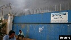 Beberapa orang terlihat tengah menunggu para pekerja meninggalkan pabrik garmen di kawasan sub-urban Phnom Penh (Foto: dok).