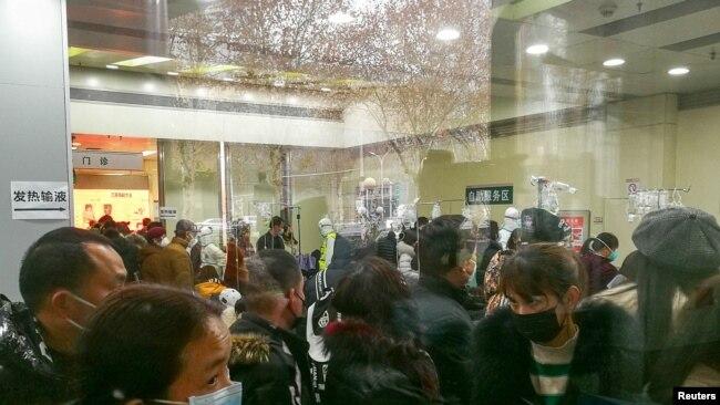 El público con máscaras abarrota un centro médico de la ciudad china de Wuhan el 22 de enero de 2020 para someterse a pruebas contra el coronavirus.