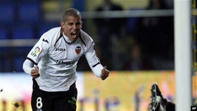Menurut Klub Valencia, penyerang Sofiane Feghouli  setuju memperpanjang kontraknya sampai tahun 2016 (foto: Dok).
