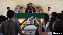 Anggota keluarga dan kerabat berdoa disamping peti jenazah Jose Antonio Elena Rodriguez saat upacara pemakaman di Nogales, Meksiko (foto: dok).
