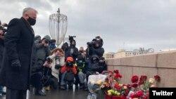 Посол США у Росії Джон Салліван покладає квіти на Великому Москворецькому мостові, де 6 років тому вбили Нємцова