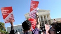 미국 워싱턴 대법원 앞에서 소수계 우대 정책을 지지하는 시위대 (자료사진)
