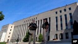 Specijalne snage ispred federalnog suda u Vašingtonu pred kojim je izveden Ahmed Abu Katala