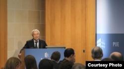 前中国央行货币委员会委员、中国社科院经济学家余永定近日在华盛顿智库彼得森国际经济研究所的一个专题讲座中说,中国应该尽快停止干预汇率。(图片:彼得森国际经济研究所提供)