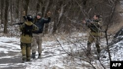 Separatistas prorrusos interrogan a un hombre a seis kilómetros al sureste de la ciudad de Debáltseve.