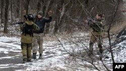 Moskova yanlısı ayrılıkçılar, Debaltseve'nin 6 kilometre güneybatısındaki Uglegorsk'ta bir kişiyi sorgularken