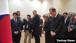 반기문 유엔 사무총장(오른쪽)이 23일 미국 뉴욕의 한국 유엔대표부에 차려진 김영삼 전 대통령의 조문소를 방문해 조문하고 있다.