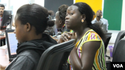 'Những cô gái công nghệ' trong một lớp học lập trình ngôn ngữ tại Kampala, Uganda.