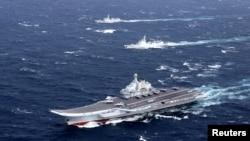 Hàng không mẫu hạm Liêu Ninh của Trung Quốc thực hiện một cuộc tập trận trên Biển Đông, tháng 12/2016.