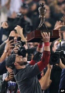 Steve Pearce de los Medias Rojas de Boston sostiene el trofeo de MVP después del Juego 5 de la Serie Mundial de béisbol contra los Dodgers de Los Angeles el domingo, 28 de octubre de 2018, en Los Ángeles. Los Medias Rojas ganaron 5-1 para ganar el juego de la serie 4 a 1. (AP Photo / Mark J. Terrill).