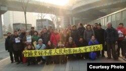 2013年1月16日,在北京的上访人士展示纪念赵紫阳的标语(博讯)