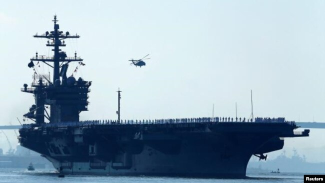 Foto de Archivo - El USS Carl Vinson es un portaaviones de la clase de Nimitz. En esta foto sale de su puerto casero en San Diego, California el 22 de agosto de 2014.